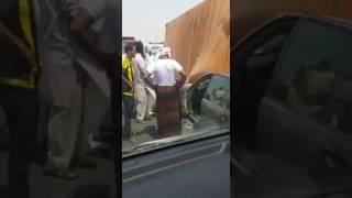 """""""فيديو"""" شاهد نجاة سائق بأعجوبة بعدما سحقت سيارته إثر انقلاب شاحنة"""