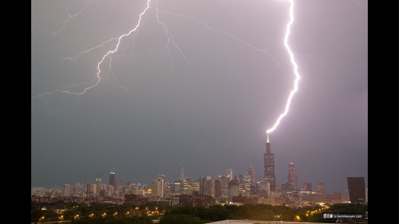 Lightning repeatedly strikes the Sears (Willis) Tower in ...