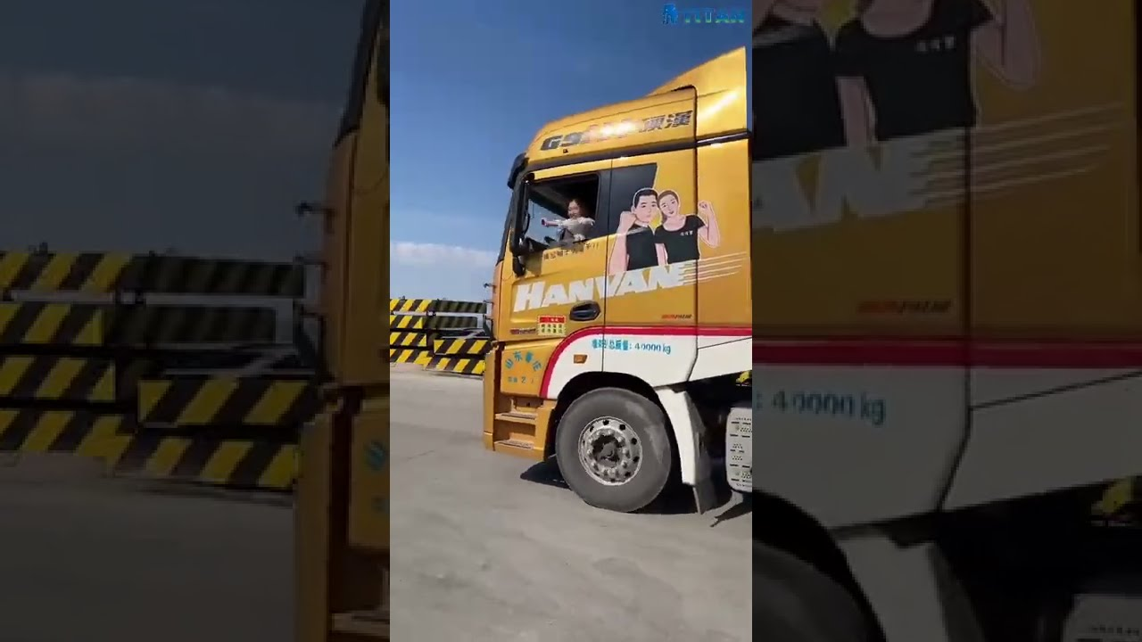 Chinese Beautiful Lady Truck Driver   Low Bed Trailer for Heavy Equipment Transport