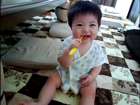 生後10ヶ月の赤ちゃん cute baby loves the toothbrushes