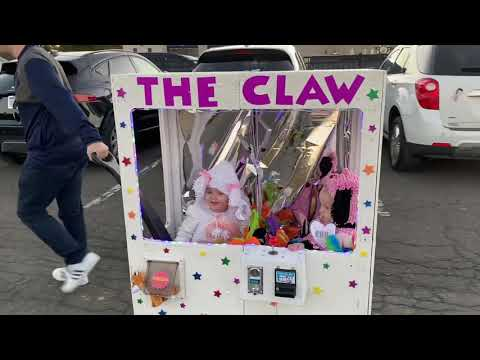 Kyle Anthony - Mom Makes Impressive Claw Machine Costume For Daughters
