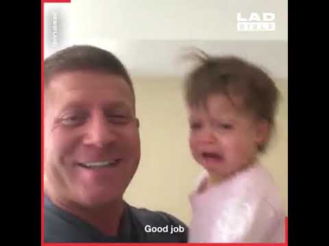 Татко-генијалец нашол начин како ќеркичката да престане да плаче