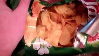 Лайфхак #1 - Как красиво и практично открыть чипсы?(Лайфхак #1 - Как красиво и практично открыть чипсы? Данный метод актуален когда под рукой нет посуды или..., 2015-05-26T18:15:58.000Z)