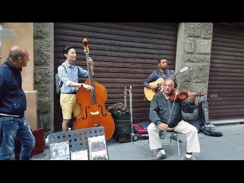 Turista se une a músicos callejeros, mira el resultado
