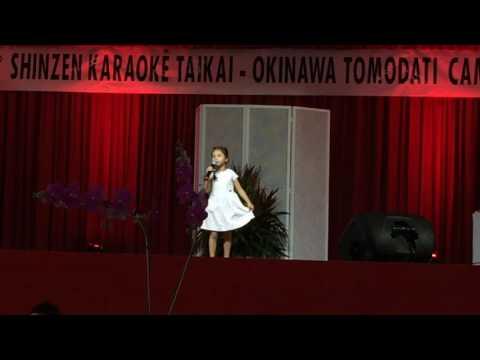 Julia Miti cantando no Karaoke do Okinawa