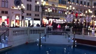 マカオヴェネチアンホテル内の セント・マークス・スクエアの 運河とゴ...