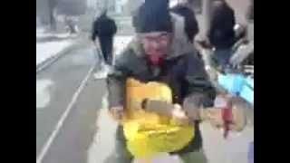 Бомж играет на гитаре Смотреть всем))
