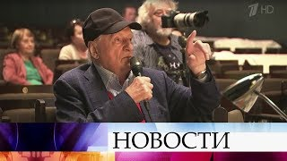 Поздравления с юбилеем принимает легендарный режиссер Марк Захаров.