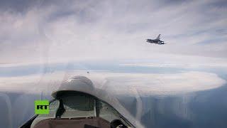 Dos cazas Su-27 rusos escoltan a un F-16 de la Fuerza Aérea de Bélgica sobre el mar Báltico