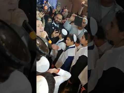 הזמר יניב בן משיח באירוע בר המצווה משותף ל-22 ילדים בפתח תקווה
