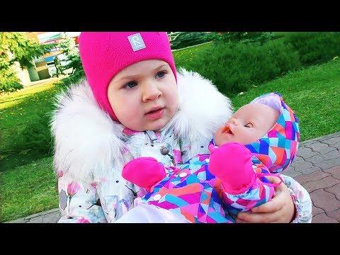袛懈邪薪邪 懈谐褉邪械褌 褋 泻褍泻谢芯泄 袘械斜懈 袘芯薪 Diana Playing in the Park with Baby Doll