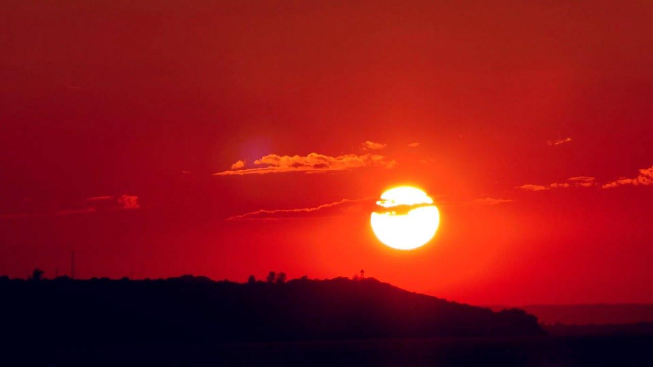 12179 un atardecer con un fuerte tono rojo efecto - Paisaje con colores calidos ...