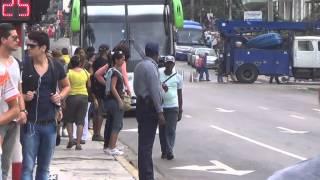 CUBA HABANA CALLE 23 Y L,POLICIA FUMA PURO
