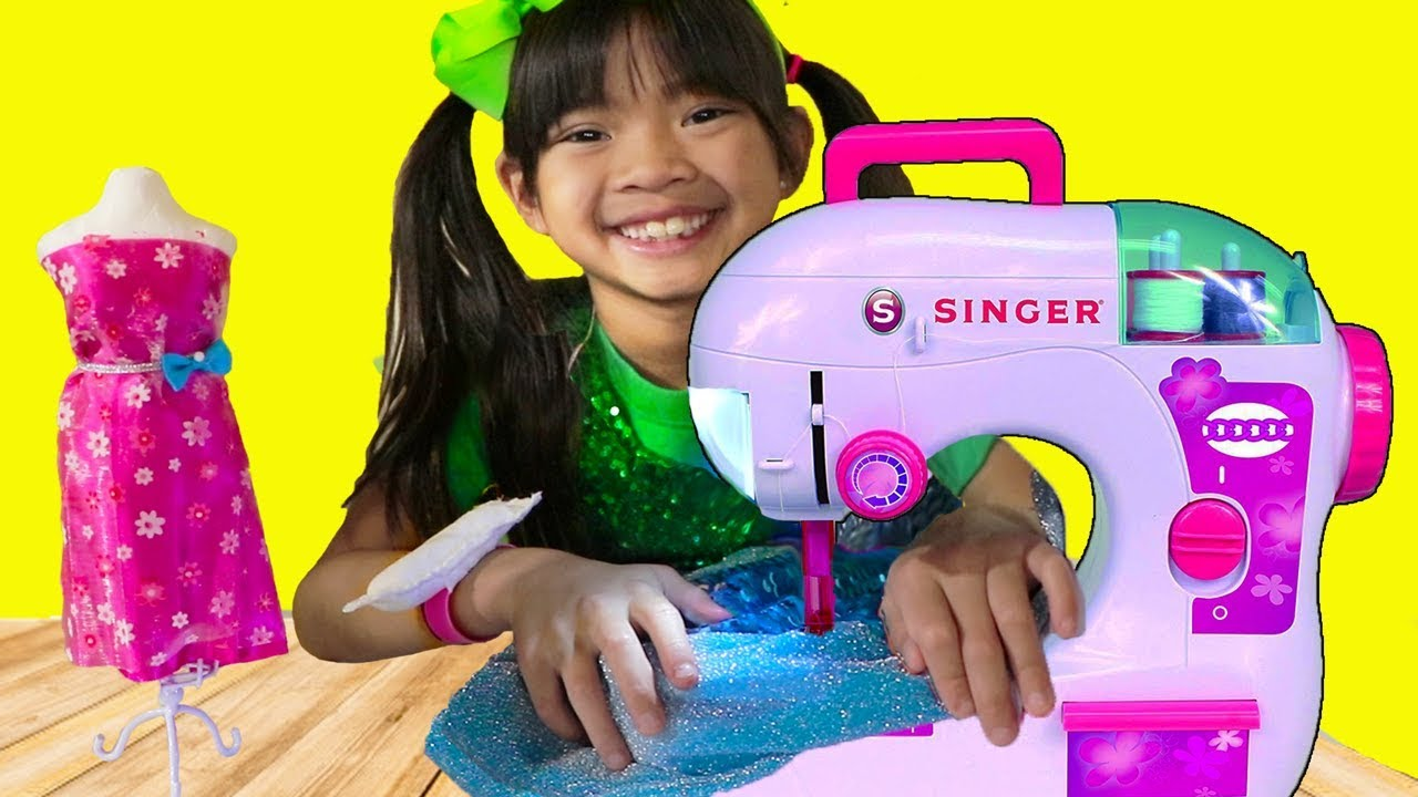 [VIDEO] - Emma Pretend Play w/ Princess Boutique & Toy Sewing Machine 9
