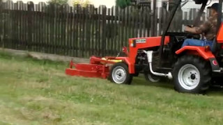 """Ciągnik ogrodniczy """"Scyzor"""" z kosiarką w akcji"""