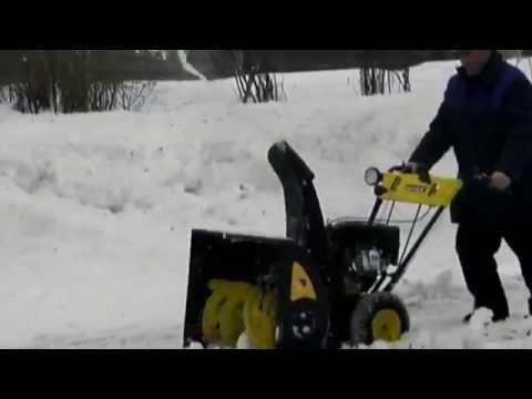 Снегоуборщик HUTER 4800 в работе.