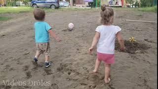 Enfants drôles Spinning et la chute