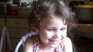 Смешные дети. Красивая девочка. Смотрит видео со своим участием.  Funny kids. Funny video.(Смешные дети. Ребенок смотрит видео со своим участием. Детские забавы. Красивая девочка. Дети играют и весе..., 2016-07-18T07:56:12.000Z)