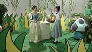 羅嘉玲扮演森林仙子(前半部)  和  為布偶配音(後半部)