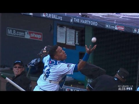 ALCS Gm2: Perez makes barehanded grab on dead ball