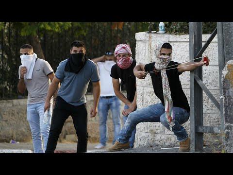 مواجهات في القدس بعد أداء آلاف الفلسطينيين الصلاة في الشوارع المحيطة بالمسجد الأقصى