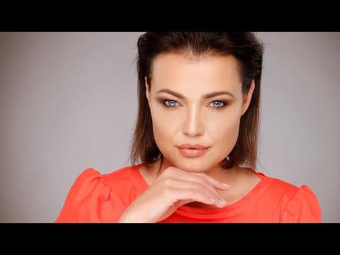 How to look like ANGELINA JOLIE with makeup