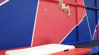 Спортивная гимнастика. Двойное сальто назад в доскок. Кирилл 7 лет