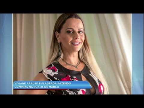 Hora da Venenosa: Viviane Araújo faz compras na rua 25 de março