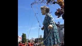 Royal de Luxe : la Grand-mère parle au public