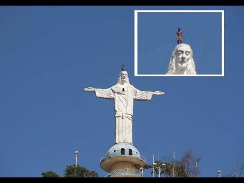 Rapaz se arrisca ao escalar topo do Cristo Redentor de Mimoso do Sul