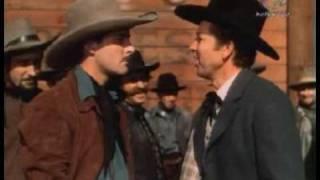 El sherifF (Errrol Flynn) evita el linchamiento (Dodge City)