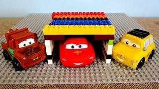 McQueen Lego'dan garaj çatısı yapıyor. Araba oyunları.
