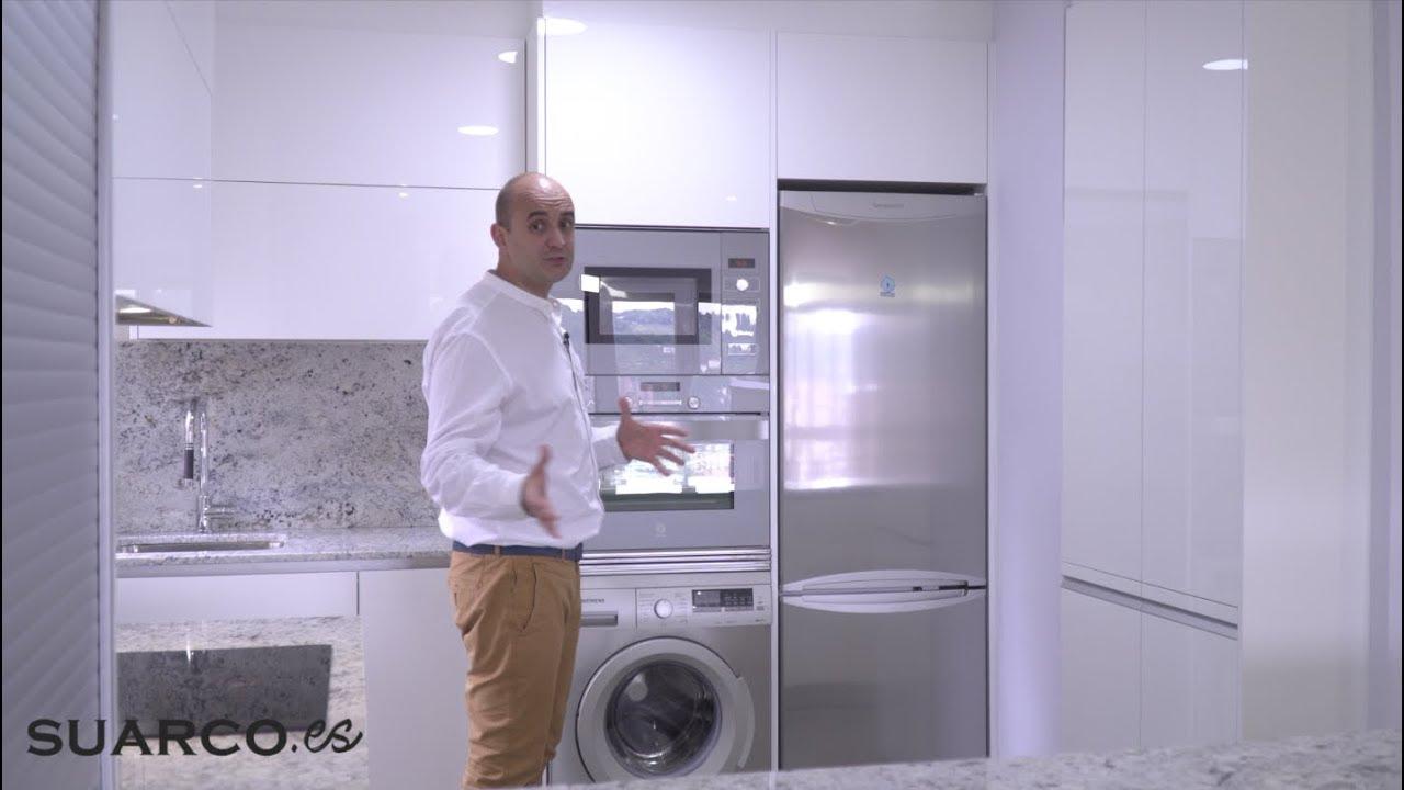 Cocina peque a blanca sin tabiques abierta al salon for Muebles de cocina suarco