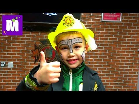 Макс меняет колёса гоночной машине в Кидзания Лондон Работает пожарным Делает шоколадку и мороженое