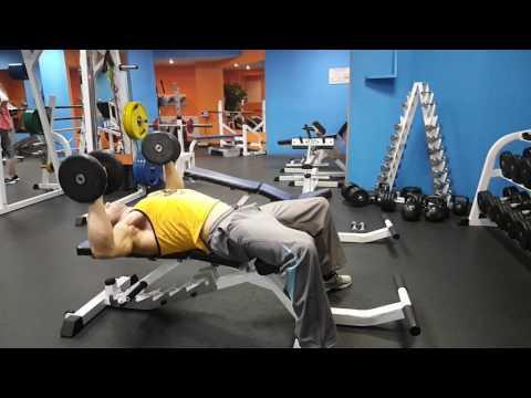 Жим гантелей лежа на горизонтальной скамье для тренировки грудных мышц. Как накачать грудь