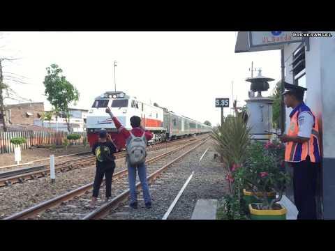 Kesibukan Perlintasan Kereta Api Surabaya Gubeng Di Sore Hari