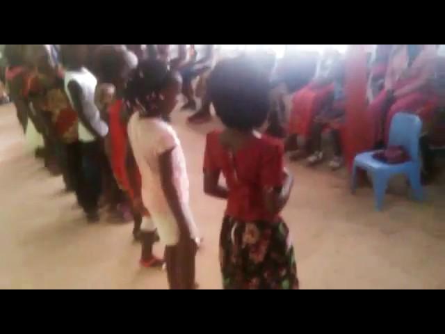 Veja a alegria destas criancas que receberam roupas novas.
