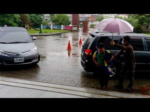 雨天上學導護人車動線