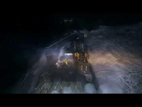 Une vague de 3 étages s'abat sur la proue du Wizard | Péril en haute mer