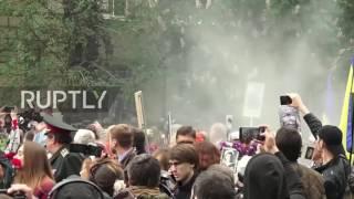 Мужчина с гранатометом в окне офиса ОУН в Киеве 9 мая