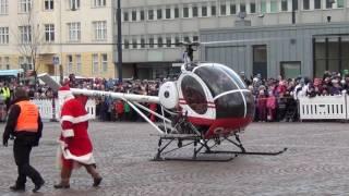Joulupukki saapuu torille helikopterilla