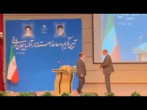 شاهد: حاكم محافظة إيرانية يتلقى صفعة قوية خلال حفل تنصيبه  - نشر قبل 3 ساعة