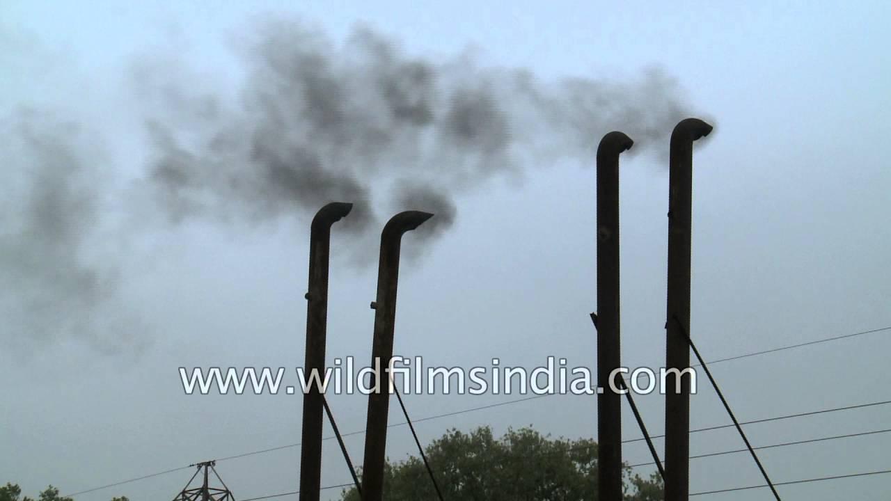 Generator chimney stacks belch black smoke into Delhi\'s air - YouTube