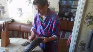 бабушка чистит сковороду