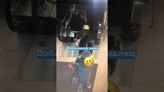 В одном из ТРЦ Владивостока обувь молодого человека затянуло в эскалатор