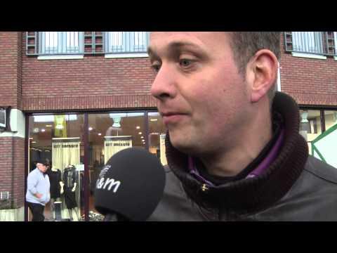 Coen Janssen biedt cd's aan voor de veiling