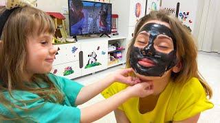 Eve juega con un set de cosméticos para niños