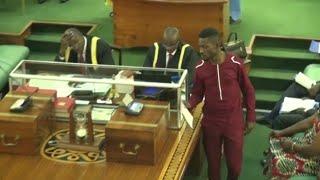 Bobi Wine atabukidde mu Palamenti ne Gen Elly Tumwine lwa Poliisi kugaana bivvulu bye, bamuwagidde