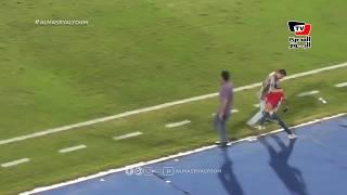 بالفيديو.. مشجعون يقتحمون الملعب لمصافحة صلاح والأمن يمنعهم قبل الوصول إليه | المصري اليوم