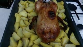 Утка запеченная в медовом соусе,фаршированная яблоками.